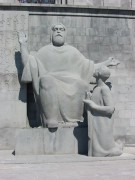Матенадаран. Памятник Месропу Маштоцу и его ученику Корюну