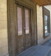 Типичная резьба на деревянной двери