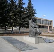 Памятник поэту Исаакяну напротив драмтеатра