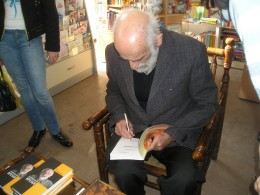 Сос Саркисян раздаёт автографы