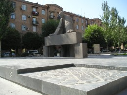 Памятник Таманяну в Ереване